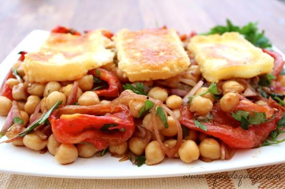 Salada de grão-de-bico tomate assado e queijo coalho