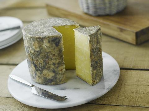 Um queijo cheddar original, bem diferente das versões que encontramos por aqui. Foto: www.britishcheese.com