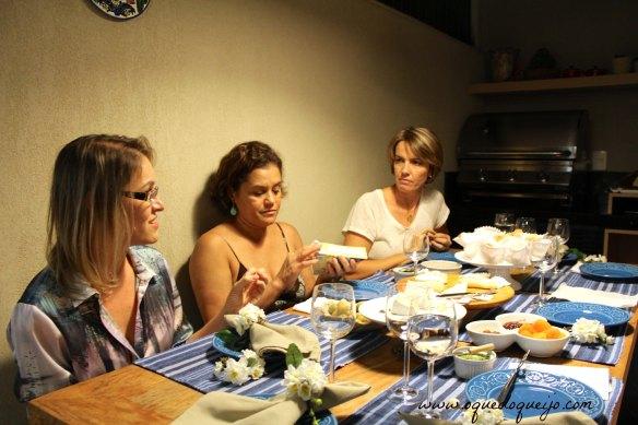 Carla explica para Márcia e Dani como avaliar a consistência do queijo Brie