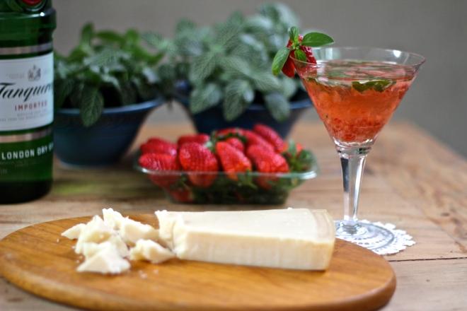 Parmesão e gin com morango e manjericão